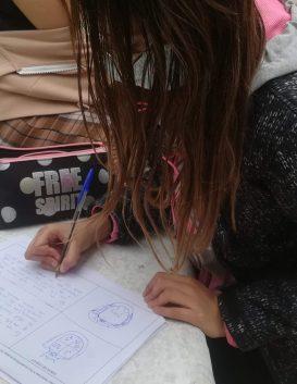 Xiqueta escrivint al carrer